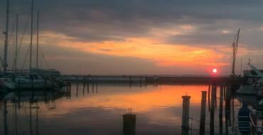 Solen spilles ned på havnen